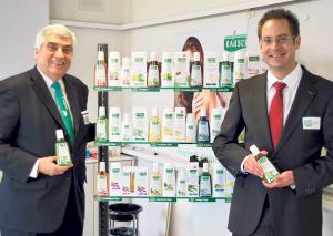 Marco und Lucas Baumann präsentieren die neue Verkaufslinie. (Bild: Thomas Martens)