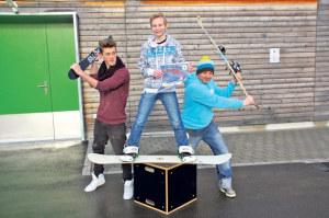 Hier findet's statt: Snowboarder Joel (l.) und Max mit Jugendarbeiter Bastian Ehrmann auf dem Jugi-Parkplatz. (Bild: sb)