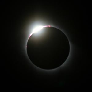 Der Mond schiebt sich vor die Sonne. (Bild: de.wikipedia.org)