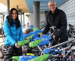 Stadtammann Andreas Netzle und seine Assistentin Carmen Ramos verteilen die Sattelschützer, die ab sofort auch im Stadthaus erhältlich sind. (Bild: zvg)
