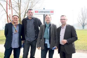 Haben das Zeltfestival wiederbelebt: Armin Nissel (Veranstalter), Micky Altdorf (Kabarett in Kreuzlingen), Dieter Bös (Veranstalter) und Andreas Osner (Bürgermeister Konstanz) auf dem Festivalgelände Klein Venedig . (Bild: ek)