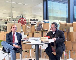 Prof. Dr. Jürgen Oelkers und Dr. Hans Munz schmökern in der gut sortierten Arbeitsbibliothek. (Bild: ek)