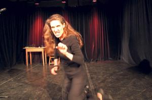 Mal Ossi, mal Katze: Die wahre Christine Prayon verbarg sich vor dem Publikum, oder etwa doch nicht?(Bild: Emil Keller)