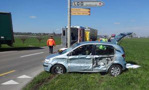 Bei der Kollision zwischen einem Sattelmotorfahrzeug und einem Auto wurden drei Personen verletzt. (Bild: Kapo TG)