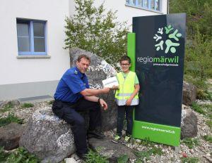 Verkehrsinstruktor Markus Mazenauer übergibt den Preis an den Gewinner Jack Siegenthaler, der in Friltschen die 2. Primarschulklasse besucht. (Bild: Kapo TG)