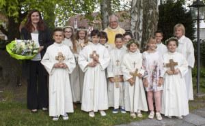 """Am vergangenen Sonntag feierten zehn Kinder in der mit Blumen wunderbar geschmückten Kirche ihr Fest der Erstkommunion unter dem Thema: """"Jesus der gute Hirte"""". (Bild: zvg)"""