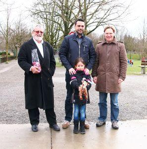 (V.l.) Jost Rüegg, Daniel Moos mit Tochter Mia und Plüsch-Giraffe sowie Jörg Engeli. (Bild: zvg(