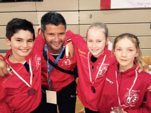 Die drei jüngsten Karatekas und ihr Coach. (Bild: zvg)