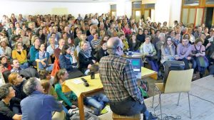 Rappelvoll war der Saal, als Remo Largo seinen Vortrag zur Pubertät und den damit verbunden Problemen hielt. (Bild: zvg)