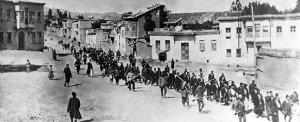 Armenier werden im April 1915 von osmanischen Soldaten aus Karphert (türkisch: Harput) in ein Gefangenenlager im nahen Mezireh (türkisch: Elazığ) geführt. (Bild: Wikimedia Commons)
