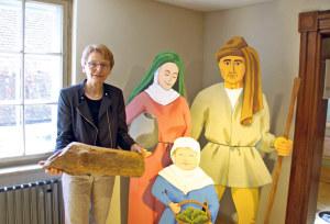 Museumsleiterin Heidi Hofstetter freut sich auf Besucher und zeigt ein Exponat, eine alte hölzerne Wasserleitung («Teuchel» genannt). (Bild: sb)