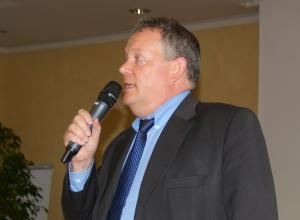 Stadtschreiber Thomas Niederberger verkündet das Ergebnis. (Bild: sb)