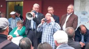Ein Kreuzlinger Kleingärtner macht seinem Ärger Luft, während ihm der Konstanzer CDU-Gemeinderat Roger Tscheulin das Megaphon hält. (Bild: sb)