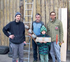 (V.l.) Stefan Braun, Jakob Rohrer, Elias Mattia Braun und Peter Kubalek haben am Mittwoch 40 Kunstnester am Güterschuppen angebracht. (Bild: sb)