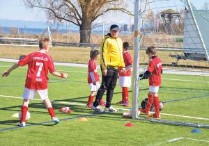 Unter Anleitung erfahrener Trainer konnten die Nachwuchskicker eine ganze Menge dazulernen. (Bild: Thomas Martens)
