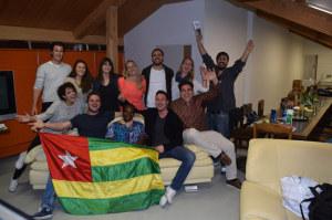 Mama Babou aus dem Waisenhaus «Orphelinat Sinaï» mit einigen Vereinsmitgliedern. (Bild: zvg)