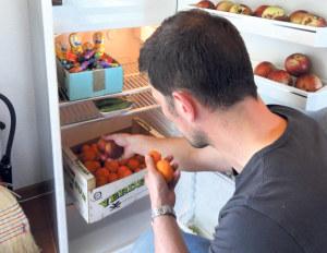 Vereinsmitglied Beni Merk füllt den Kühlschrank: Heute von 9 bis 17 Uhr können das erste Mal Lebensmittel kostenlos abgeholt werden. (Bild: zvg)