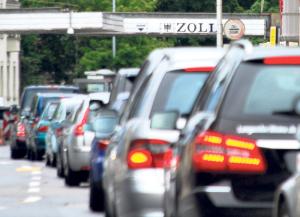Für Schweizer Firmenfahrzeuge zur Privatbenutzung in der EU fallen ab 1. Mai Zoll und Steuern an. (Bild: Archiv)