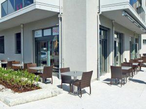 Egal ob in der Lounge, auf der Terrasse oder in den lichtdurchfluteten Zimmern: Das neue Restaurant und Hotel lädt zum Geniessen ein. (Bilder: dh)