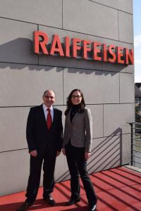 Bankleiter Josef Maier übergibt dem neuen Geschäftsleitungsmitglied Marianne Wolf den neu geschaffenen Bereich «Services». (Bild: zvg)