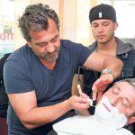 Tanino Liotta zeigt der heranwachsenden Coiffeurgarde die althergebrachte Kunst des Rasierens. (Bild: ek)