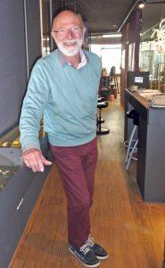 Michael Zobel mit einem Schmuckstück in seinem Werkstattladen. (Bild: gb)