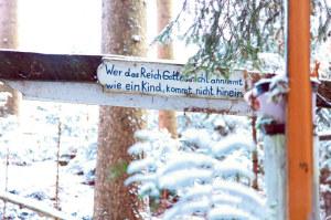 Im Dorf des Allgäuer Einsiedlers hängen überall religiöse Sprüche. (Bild: Alexandra Vogt)