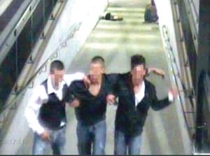 Mit diesem Bild suchten Polizei und Staatsanwaltschaft 2009 nach dem Schläger-Trio. Im Hintergrund die beiden Opfer. (Bild: Archiv)