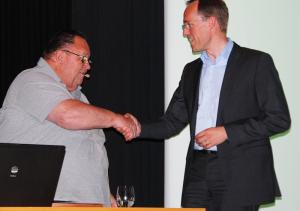 Gemeindeammann Urs Siegfried (li.) verabschiedete Thomas Leu als Gemeinderat, der aus Bottighofen wegzieht. (Bild: Thomas Martens)