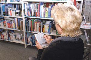 Bibliotheksleiterin Monika Pugl führt einen E-Reader vor. (Bild: archiv)