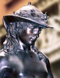 Der Bronzedavid von Donatello gehört zu den wichtigsten Bildhauerarbeiten der Frührenaissance und greift in der Darstellung der Nacktheit antikes Kunstverständnis auf. (Bild: wikimedia)