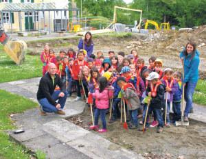 42 Kinder aus zwei Jahrgängen sind derzeit im Kindergarten Weinburg. Zusammen mit Schulleiter Ralph Huber und den Kindergärtnerinnen Madeleine Bösch und Daniela Trinkler setzten sie am Donnerstag den Spatenstich. (Bild: zvg)