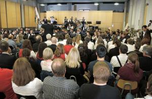 Dichtgedrängt lauscht das Publikum den komplexen Klängen des Symphonischen Blasorchesters Kreuzlignen. (Bild: zvg)