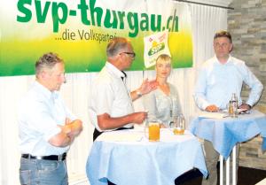 Die SVP-Nationalratskandidaten Markus Hausammann (v.l.), Diana Gutjahr und Kurt Baumann im Gespräch mit Erwin Imhof (Zweiter v. l.). (Bild: zvg)