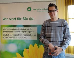 Herr Dominic Wöcke, Projektleiter des Präventionsprojektes Hautkrebs bei der Ziehung der drei Gewinner. (Bild: zvg)