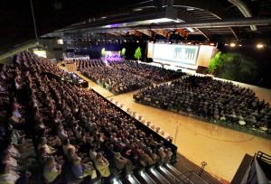 Rund 2500 Gäste fanden sich für die Partizipanten-Versammlung in der Kreuzlinger Bodensee-Arena ein. (Bild: zvg)