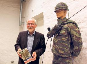 Peter Eggenberger neben einer Felduniform der Fremdenlegion. Die Erlebnisse seiner Dienstzeit hat er auch in Kriminalromanen geschildert. (Bild:ek)