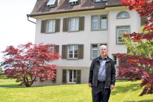 Pfarrer Josef Gander vor dem Priesterhaus Bernrain. (Bild: ek)