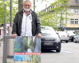 Jost Rüegg mit Plakat auf dem Boulevard. (Bild: ek)