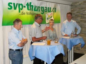 Die Nationalratskandidaten der SVP (v.l.) Markus Hausammann, Diana Gutjahr, Kurt Baumann mit Moderator Erwin Imhof (2.v.l.). (Bild: zvg)