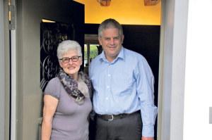 Hildegard Kneubühler und Pfarrer Damian Brot laden ein zur Kunstausstellung im Open Place. (Bild: sb)