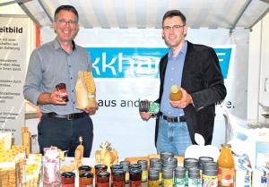 Stephan Lauinger vom Ekkharthof (li.) und Frank Burose, Geschäftsführer des Kompetenznetzwerks Ernährungswirtschaft, setzen auf gesunde Lebensmittel. (Bild: Thomas Martens)