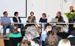 Das Podium zum Flüchtlingstag mit den Diskutanten (v.l.) Christian Brändle, Claudia Semadeni, Tilla Jacomet, Susanne Ammann und Moderator Hans-Rudolf Müller-Nienstedt. (Bild: Thomas Martens)
