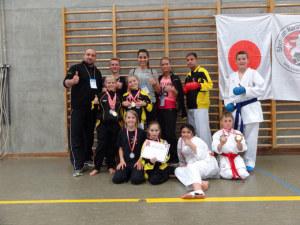 Die WettkämpferInnen bedanken sich bei den Coachs Mirjana, Lissa und Dejan für ihren Einsatz. (Bild. zvg)