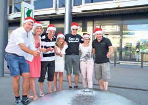 In Sommerkleidung mit Samichlausmütze – das OK-Team «Chrüzlinger Stärnezauber» wirbt schon jetzt für die vorweihnachtliche Aktion 2015. (Bild: Thomas Martens)