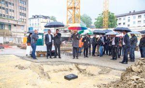 Trotz Regens gut gelaunt: Verantwortliche und Gäste bei der Grundsteinlegung für das Wohnprojekt Abitar an der Sonnenstrasse. (Bild: Tom Zünd)