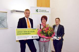 Kürzlich fand die Preisübergabe statt: René Knöpfli und Helen Scalco-Klingler von der TKB Kreuzlingen überreichten der Gewinnerin den Wettbewerbspreis. (Bild: zvg)