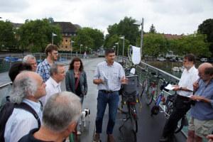 BU: Wolfgang Seez, Leiter des Tiefbau- und Vermessungsamtes informiert vor Ort über die bevorstehende Sanierung der Fahrradbrücke. (Bild: IDKN)