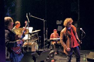 Die Band um Sänger Johnny Stöckle (r.) begeistert das Publikum. (Bild: archiv)