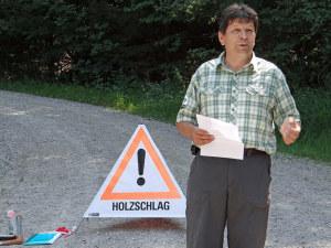 Die Beratung von Waldeigentümer, das Anzeichnen von zu fällenden Bäumen, oder das Planen von Holzschlägen sind Arbeiten eines Försters, wie Christoph Ammann, Revierförster vom Forstrevier Fischingen, erklärte. (Bild: zvg)